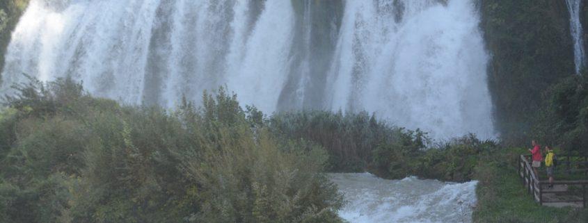 L'attesa di una forte emozione nelle rapide più impetuose del centro Italia Cascata delle Mamrore, nel parco fluviale del Nera Cuore verde dell'umbria