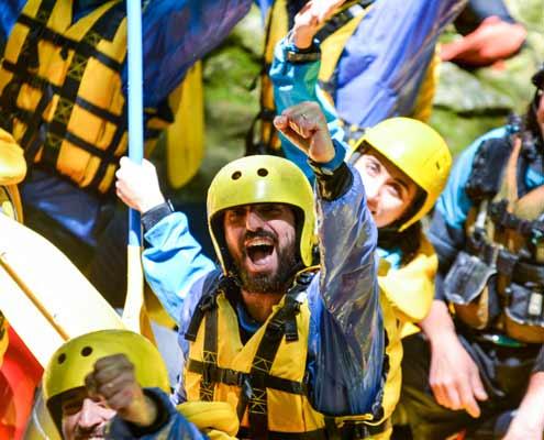 Ragazzo divertito durante team building in umbria presso rafting marmore